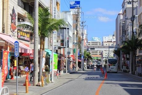 沖縄 国際通りの写真素材 [FYI00176264]