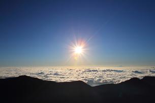 山からの来光の写真素材 [FYI00176424]