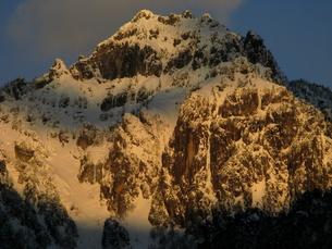 焼ける錫杖岳の写真素材 [FYI00176434]
