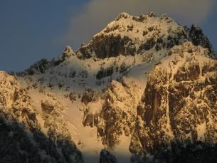 焼ける錫杖岳の写真素材 [FYI00176460]