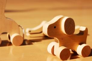 木のおもちゃ(いぬ)の写真素材 [FYI00176517]