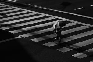 横断歩道を渡る日傘の女性の写真素材 [FYI00176667]
