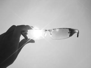 サングラスと太陽の写真素材 [FYI00176799]