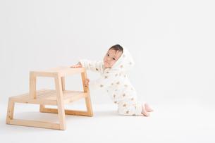 星柄の冬服を着て膝をつく赤ちゃんの写真素材 [FYI00176829]