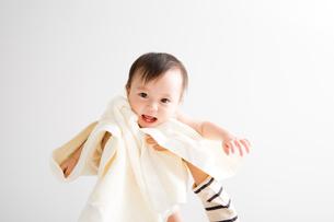 抱っこされる赤ちゃんの素材 [FYI00176830]