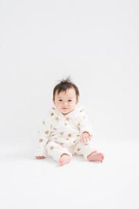 星柄の冬服を着たハイハイする赤ちゃんの写真素材 [FYI00176834]