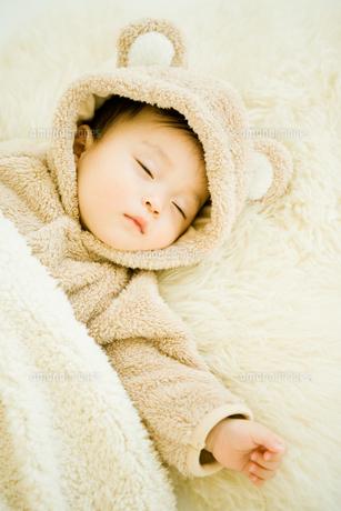 寝ている赤ちゃんアップ・縦の素材 [FYI00176836]