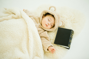 読書して疲れて寝る赤ちゃんの写真素材 [FYI00176845]