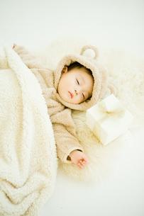 寝ている赤ちゃんと枕元のプレゼントの写真素材 [FYI00176846]