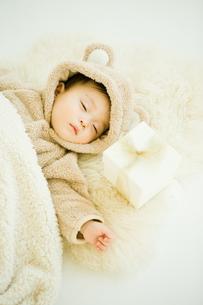 寝ている赤ちゃんと枕元のプレゼントの写真素材 [FYI00176858]