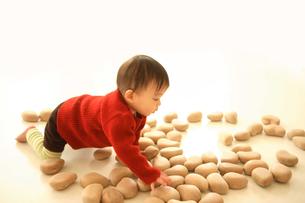木のおもちゃで遊ぶ赤ちゃんの写真素材 [FYI00176867]