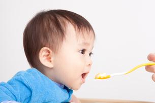 赤ちゃんの離乳食の写真素材 [FYI00176875]