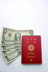 パスポートとドル紙幣の写真素材 [FYI00177378]