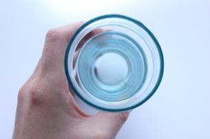 グラスを持つ手の写真素材 [FYI00177397]