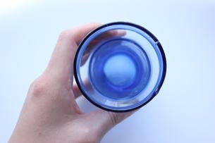 グラスを持つ手の写真素材 [FYI00177404]