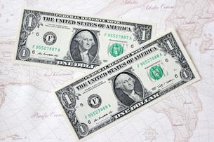 1ドル紙幣と世界地図の写真素材 [FYI00177428]