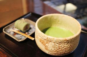 お抹茶とお茶菓子の写真素材 [FYI00177437]