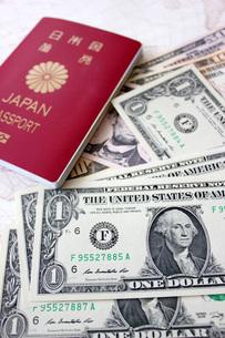 USドルとパスポートの写真素材 [FYI00177446]