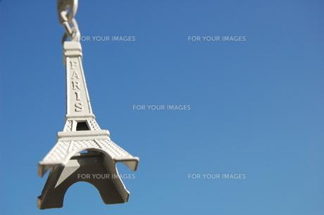 青空とエッフェル塔の写真素材 [FYI00177912]