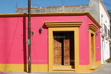 メキシコのピンクと黄色の建物の素材 [FYI00177926]