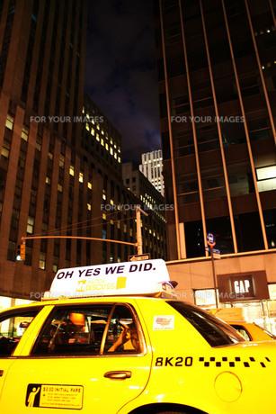 New York Night Yellow Cabの写真素材 [FYI00178087]