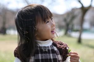 微笑む女の子の写真素材 [FYI00178112]