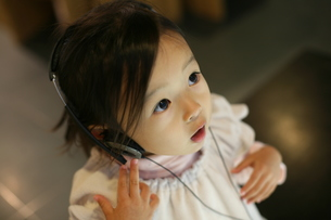 音楽を聴く女の子の写真素材 [FYI00178120]