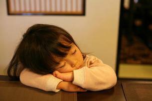うたた寝をする女の子の写真素材 [FYI00178125]