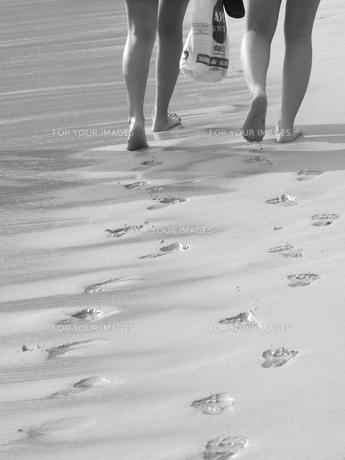 砂浜に残る足跡の写真素材 [FYI00178136]