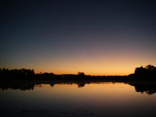 朝焼け(夜明け)のオーシリバー Ord River 西オーストラリア カナナーラにての素材 [FYI00178151]