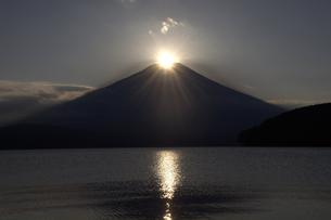 ダイヤモンド富士と山中湖 2の写真素材 [FYI00178177]