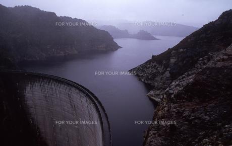 タスマニアのアーチ式コンクリートダム ゴードンダムGodon Dam オーストラリアの写真素材 [FYI00178181]