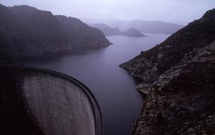 タスマニアのアーチ式コンクリートダム ゴードンダムGodon Dam オーストラリアの素材 [FYI00178181]