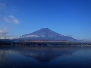 富士山と山中湖に映る影富士の素材 [FYI00178186]