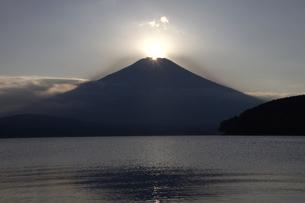 ダイヤモンド富士と山中湖の写真素材 [FYI00178215]