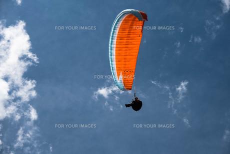 空に浮かぶパラグライダーの写真素材 [FYI00178362]