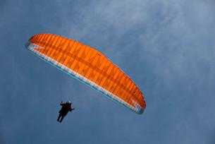 パラグライダーで宇宙遊泳の写真素材 [FYI00178394]