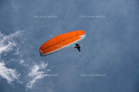 空の中のパラグライダーの写真素材 [FYI00178404]