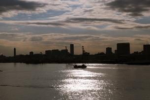 太陽の道と船の写真素材 [FYI00178541]