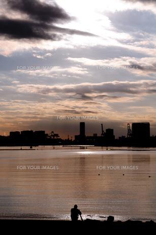 夕日と海とカメラマンの写真素材 [FYI00178549]