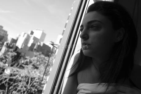 窓辺の女の写真素材 [FYI00178714]