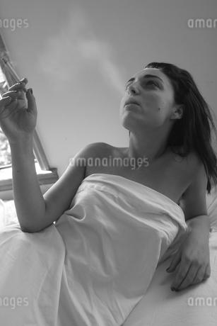 煙草を吸う女の写真素材 [FYI00178723]