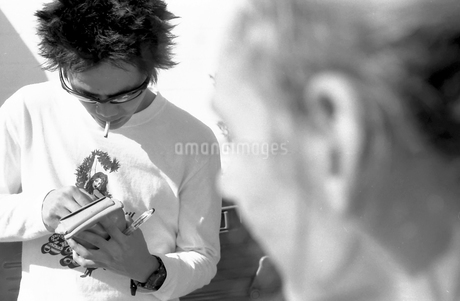タバコに火をつける人の写真素材 [FYI00178728]