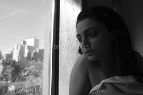 窓辺の女の写真素材 [FYI00178729]