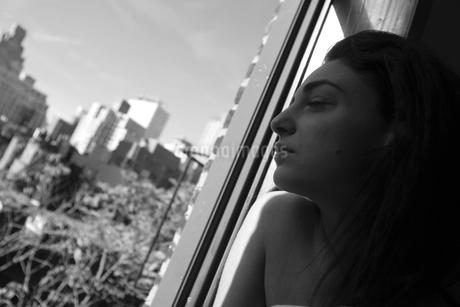 窓辺の女の写真素材 [FYI00178731]