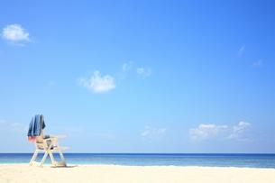 砂浜のビーチチェアの写真素材 [FYI00179273]