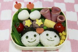 笑顔のおにぎり弁当の写真素材 [FYI00179340]