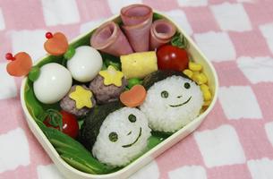 笑顔のおにぎり弁当の写真素材 [FYI00179348]