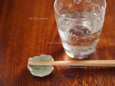 カットグラスのタンブラーとお箸の写真素材 [FYI00179401]