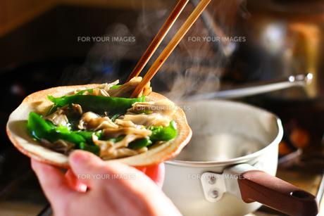 キッチンで料理をする人の手の写真素材 [FYI00179519]